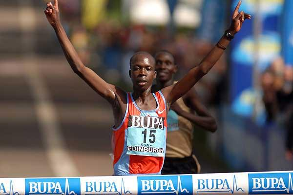 Hosea Macharinyang wins the men's race at the 2007 BUPA Great Edinburgh Run (c)