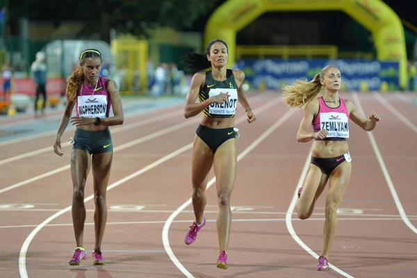 Stephenie Ann McPherson (left) wins the 400m in Rovereto (Daniel Mosna)