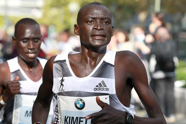 Dennis Kimetto en route to setting a marathon world record at the 2014 BMW Berlin Marathon (Organisers / photorun.net)