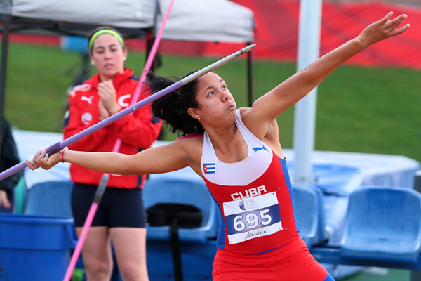 Yulenmis Aguilar on her way to a world junior record in the javelin at the Pan American Junior Championships (Oscar Muñoz Badilla)