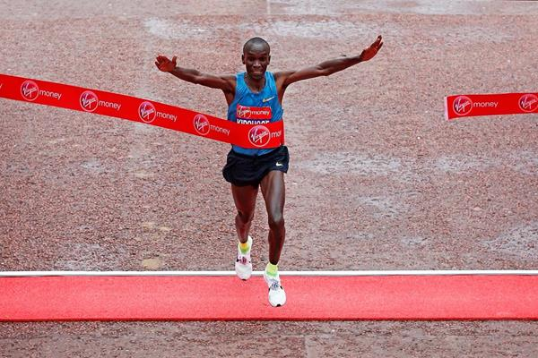 Eliud Kipchoge wins at the 2015 London Marathon (Getty Images)