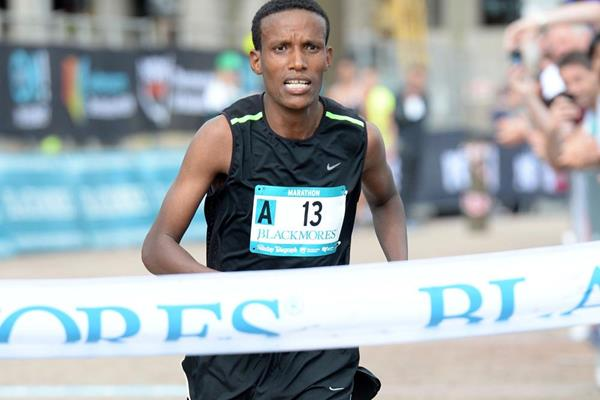 Gebo Burka wins the Sydney Marathon (Delly Carr)