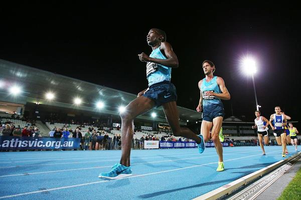 Sam Chelanga en-route to winning the 2013 Zatopek:10 in Melbourne (Getty Images)