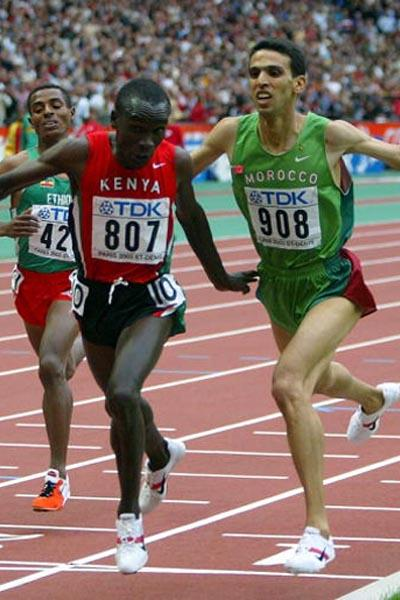 Eliud Kipchoge of Kenya outdips Hicham El Guerrouj of Morocco in the 5000m final (Getty Images)