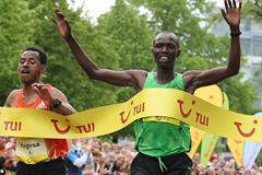 Joseph Kiprono Kiptum (r) just edges Mergesa Bacha to win the 2012 Hannover Marathon (Organisers)