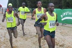 Jairus Birech leads from eventual winner Teklemariam Medhin in Seville (Foto ANOC)