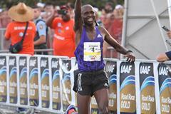 Sammy Kitwara wins the World's Best 10k (Rafael Luna)