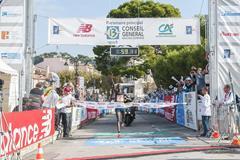 Titus Mbishei winning at the 2014 Marseille-Cassis 20km road race (organisers / Aurélie Robert - REK-ON)