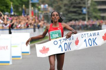 Dire Tune wins the 2011 Ottawa 10km (Victah  Sailer)