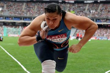 Valerie Adams at the 2015 IAAF Diamond League meeting in Paris (Jiro Mochizuki)