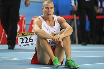 Marcin Lewandowski of Poland looks on as he falls in the Men's 800 Metres semi final during day two - WIC Istanbul (Getty Images)