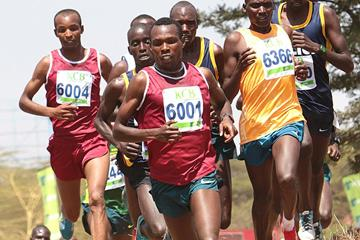 Bedan Karoki leads the senior men's race at the Kenyan Cross Country Championships (David Oyeko / Photo Run)
