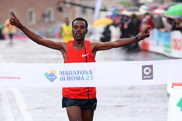 Abebe Negewo Degefa winning at the 2015 Rome Marathon (organisers / Giancarlo Colombo)