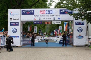 Elijah Tirop wins the Karlovy Vary Half Marathon (RunCzech)