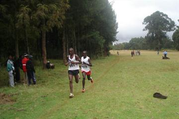 John Thuo leads Charles Munyeki in the men's 12km senior race in Nyahururu, which was won by Munyeki (Peter Njenga)