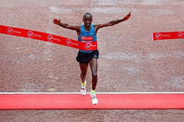 Eliud Kipchoge wins at the 2015 London Marathon (Getty Images)