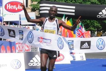 Eliud Kiptanui clocks2:05:39 for course record at 2010 Prague Marathon (PIM Organisers)