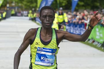 Joan Kigen winning at the 2015 Edinburgh Marathon (Lesley Martin / organisers)