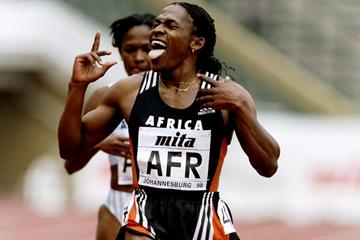 Maria Mutola winning the 800m at the 1998 IAAF World Cup (Getty Images)