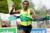 Kenenisa Bekele wins the Paris Marathon in a course record of 2:05:03 (Jiro Mochizuki)