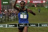 Samuel Tsegay taking the win in the men's race (Unai Sasuategui)