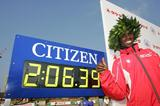All smiles - Sammy Wanjiru with his Marathon debut souvenir in Fukuoka (Kazutaka Eguchi/Agence SHOT)