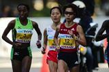 Tomomi Tanaka leading the 2014 Yokohama Women's Marathon (Kabuki Matsunaga - Agence SHOT.)